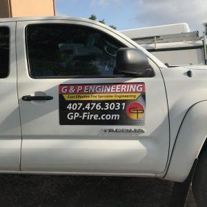 imán camioneta blanca